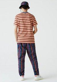 Lacoste - Print T-shirt - orange clair / bleu / marron / rouge - 1