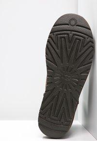 UGG - CLASSIC MINI II - Korte laarzen - chocolate - 4