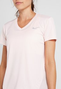Nike Performance - MILER V NECK - Print T-shirt - echo pink/reflective silv - 4