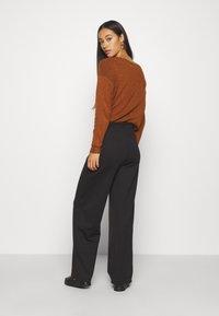 ONLY - ONLFEVER CLARA PANT - Pantalones - black - 2