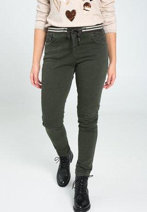 MIT SPORTSWEAR-STREIFEN IN DER TAILLE - Jeans slim fit - khaki