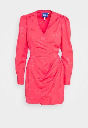YVONNE CRAS DRESS - Sukienka etui - paradise pink