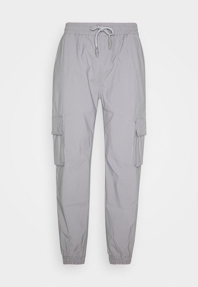 PANTS - Pantalones cargo - grey