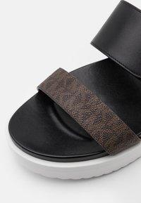 MICHAEL Michael Kors - BO SLIDE - Pantofle - black - 6