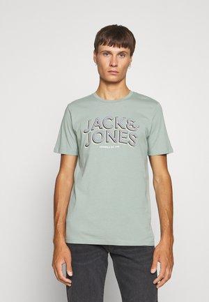 JORVENICEBEACH TEE CREW - Print T-shirt - green milieu