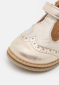Froddo - ELIS - Ballerina's met enkelbandjes - gold shine - 5