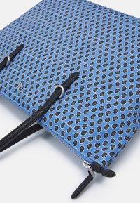 Lauren Ralph Lauren - KEATON TOTE-SMALL - Handbag - blue/off-white - 3