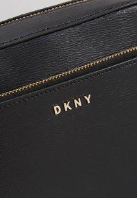 DKNY - BRYANT CAMERA BAG SUTTON - Taška spříčným popruhem - black/gold - 6