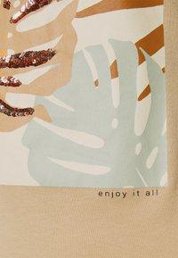 ONLY - ONLMAYA LIFE FIT BOX - Triko spotiskem - ginger root - 6