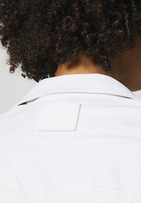 Guess - NEW KHLOE JACKET - Imitatieleren jas - true white - 5