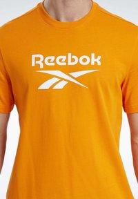 Reebok Classic - CLASSICS VECTOR T-SHIRT - Print T-shirt - orange - 3
