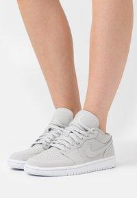 Jordan - AIR 1 - Sneakers basse - grey fog/white - 0