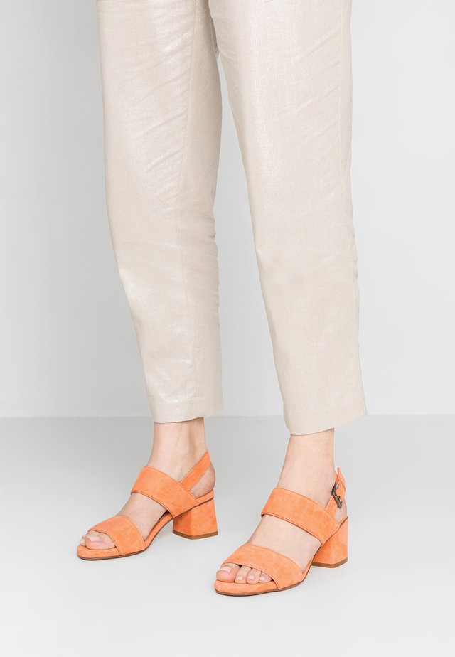 ANDIA - Sandaalit nilkkaremmillä - orange