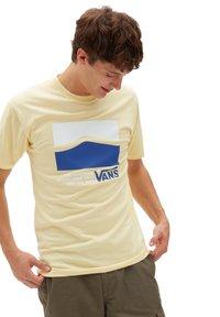 Vans - MN ORIGINAL DNA SIDESTRIPE SS - Print T-shirt - mellow yellow - 0