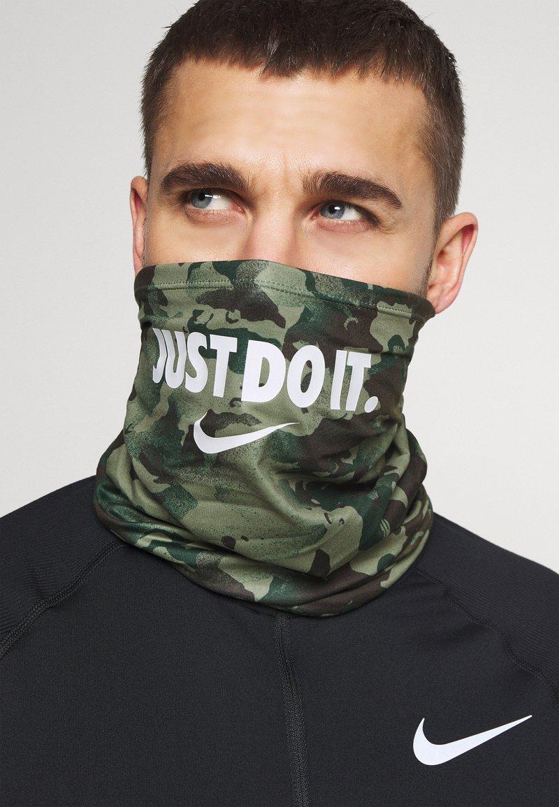 Nike Performance - DRI FIT WRAP UNISEX - Écharpe tube - spiral sage/white