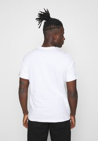 Nike Sportswear - REPEAT TEE  - Camiseta estampada - white/black - 2