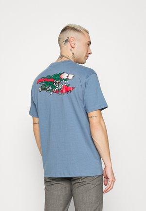 SLASHER UNISEX - Print T-shirt - dusty blue