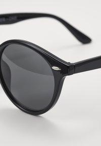 Pier One - Set mit Brillenkette - Sluneční brýle - black - 2