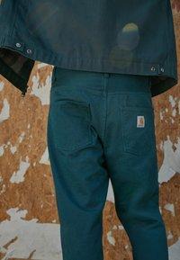 Carhartt WIP - NEWEL PANT ALTOONA - Broek - dark green - 2