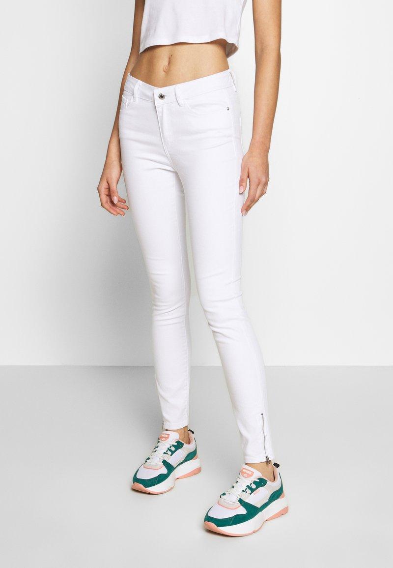 Vero Moda - VMHOT SEVEN ANKLE ZIP PANTS - Jeans Skinny Fit - bright white