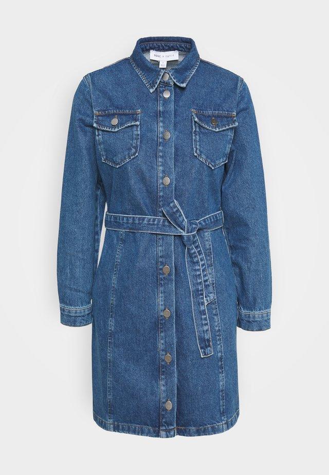 BELTED MINI DRESS - Denim dress - mid blue wash