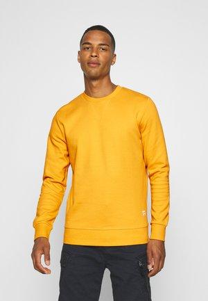 JJEBASIC CREW NECK - Sudadera - golden orange