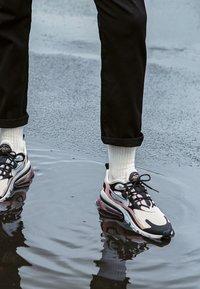 Nike Sportswear - AIR MAX 270 REACT - Joggesko - black/white/bleached coral/metallic gold/university red - 4