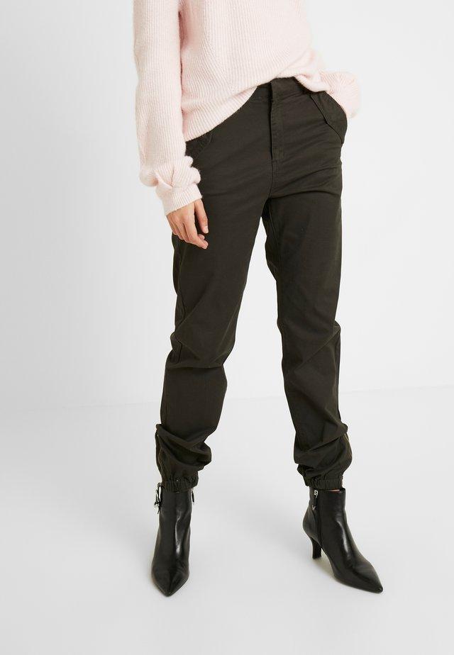 VMKHLOE PANT - Pantalones - peat