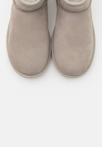 UGG - CLASSIC MINI II METALLIC - Bottines - light grey - 5