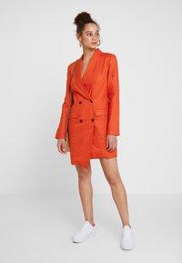 UNIQUE 21 - ASYMMETRIC DOUBLE BREASTED BLAZER DRESS - Abito a camicia - orange - 1