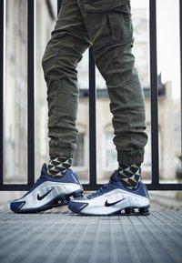 Nike Sportswear - SHOX R4 - Trainers - midnight navy/black/metalic silver - 7