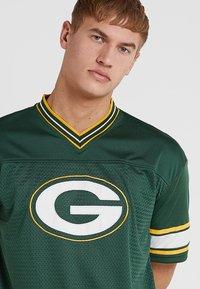 New Era - NFL GREEN BAY PACKERS OVERSIZED LOGO TEE - Klubové oblečení - green - 4