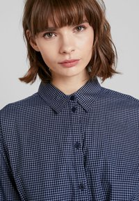 French Connection - MATTIA CHECK DRAWSTRNG - Abito a camicia - dark blue/white - 4