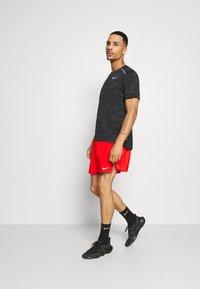Nike Performance - STRIDE  - Pantalón corto de deporte - chile red/reflective silver - 1