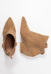 L37 - FEEL MY NEEDS - Cowboy/biker ankle boot - tan - 3