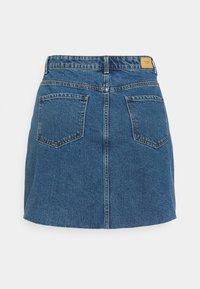 Vero Moda Curve - VMMIKKY RAW SKIRT MIX - Mini skirt - medium blue denim - 7