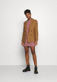 Vero Moda - VMDOFFY O-NECK DRESS - Pletené šaty - cabernet/black melange - 1