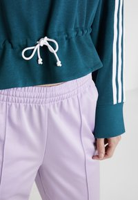 adidas Originals - BELLISTA 3 STRIPES CROPPED HOODIE - Luvtröja - tech mineral