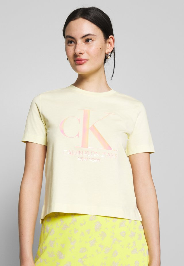 IRIDESCENT STRAIGHT TEE - Print T-shirt - mimosa yellow