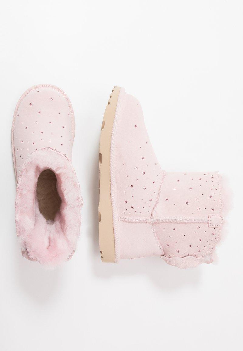 UGG - MINI BAILEY BOW II STARRY LITE - Kotníkové boty - seashell pink