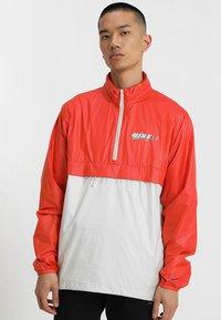 Nike SB - ANORAK PACK HOOD - Windbreaker - vintage coral/light bone/hyper royal - 0