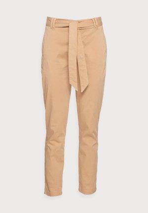 FIFER CHINO PANT - Pantalones chinos - incense