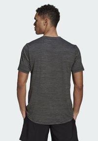 adidas Performance - M HT EL TEE - T-shirt z nadrukiem - black melange - 1
