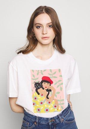 TOVI TEE - Print T-shirt - white light catportrait placement