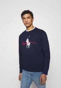 Polo Ralph Lauren - GRAPHIC - Sweatshirt - cruise navy - 0