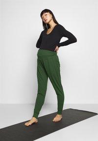 Cotton On Body - DROP CROTCH STUDIO PANT - Pantalones deportivos - khaki - 1