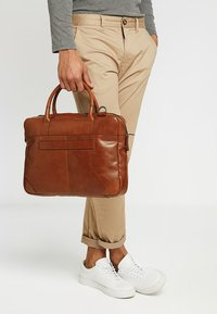 Royal RepubliQ - EXPLORER LAPTOP BAG SINGLE - Portfölj - cognac - 1