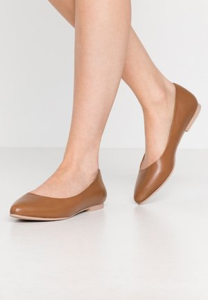 LEATHER BALLERINAS - Ballerines - cognac