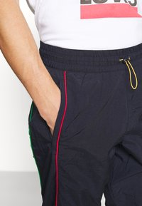 Levi's® - LEVI'S® X PEANUTS MILES TRACK PANT UNISEX - Trainingsbroek - black/blue - 6