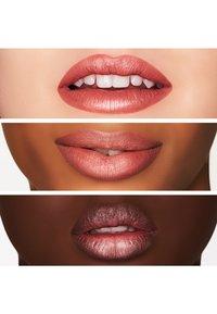 MAC - MATTE LIPSTICK - Rouge à lèvres - velvet teddy - 4